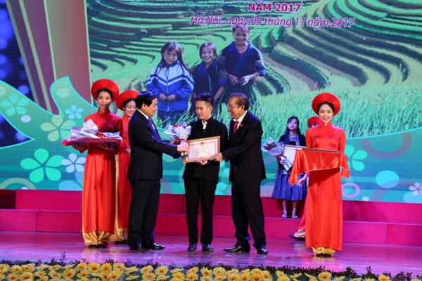 Phó Thủ tướng Thường trực Chính phủ Trương Hòa Bình và Chủ tịch Hội đồng Dân tộc của Quốc hội Hà Ngọc Chiến trao Bằng khen cho các em học sinh, sinh viên tại Lễ Tuyên dương