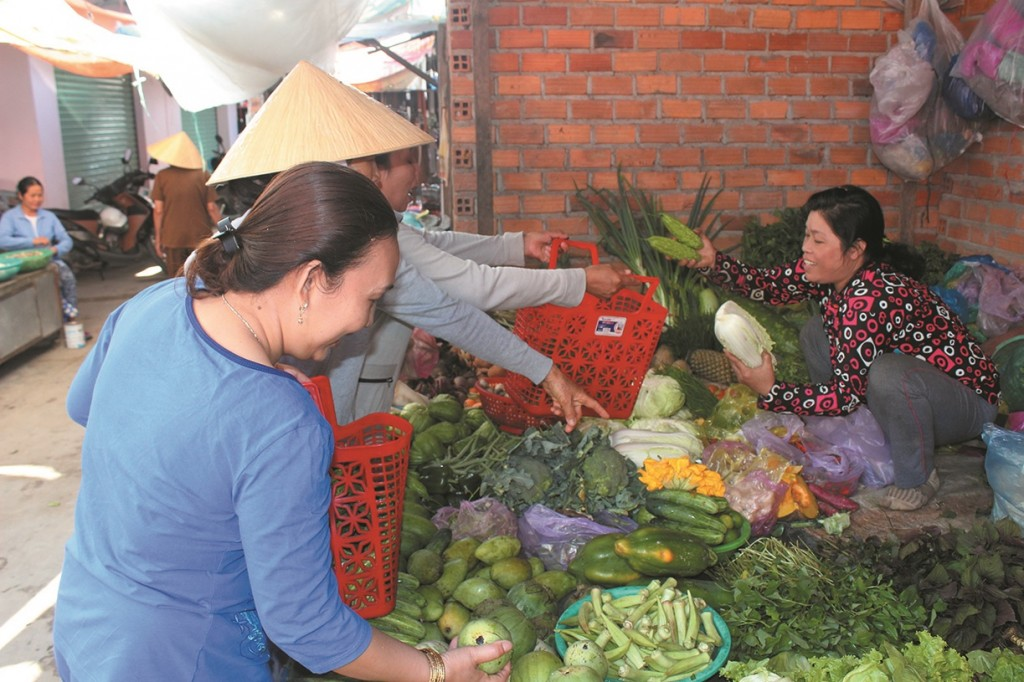 Chị em phụ nữ Vinh Đại thay sử dụng túi nilon đi trợ bằng làn nhựa để bảo vệ môi trường.