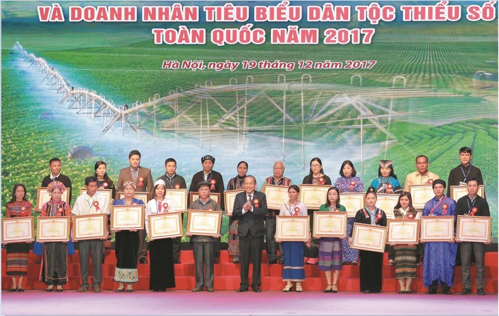 Phó Thủ tướng Thường trực Chính phủ Trương Hòa Bình trao Bằng khen của Thủ tướng Chính phủ cho Người có uy tín, nhân sĩ trí thức và doanh nhân tiêu biểu.