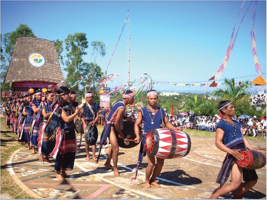 Đồng bào Tây Nguyên tổ chức lễ hội trước sân nhà rông.