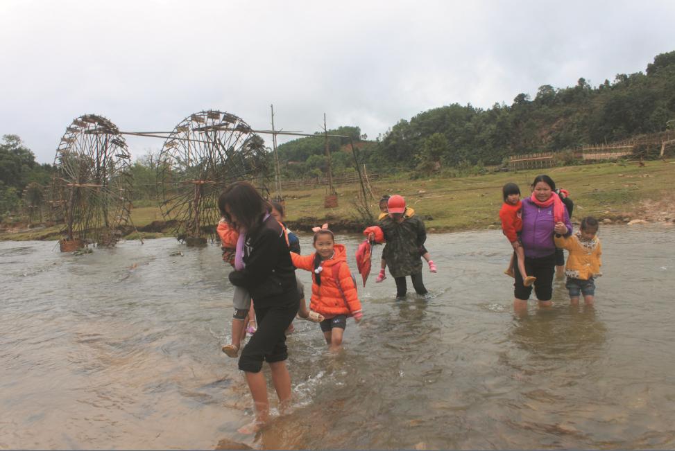 Những hôm thời tiết giá lạnh, các cô giáo thay phiên nhau bế các em học sinh mần non qua suối.
