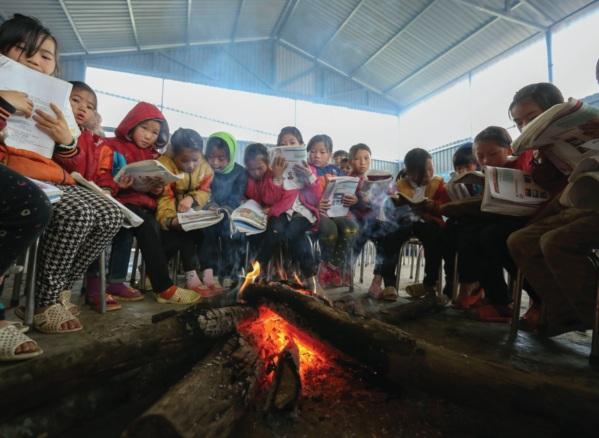 Học sinh ôn bài quanh đống lửa.
