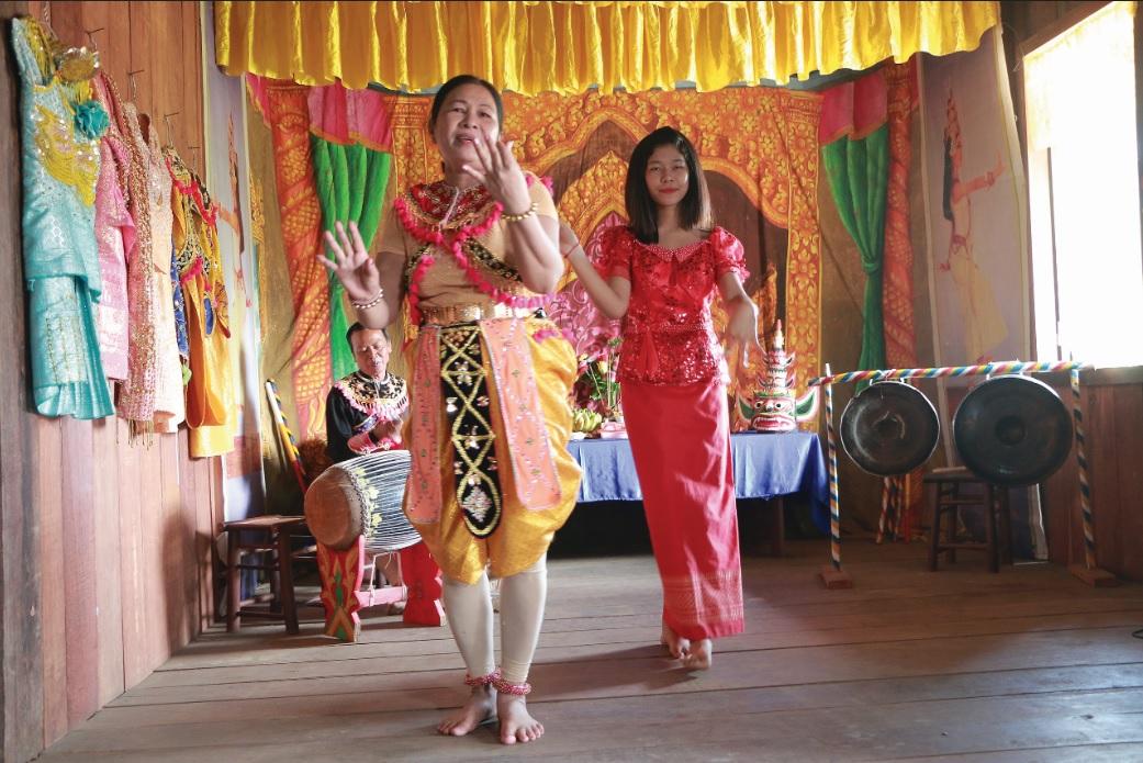 Nghệ nhân Lâm Thị Hương biểu diễn điệu múa rô băm.