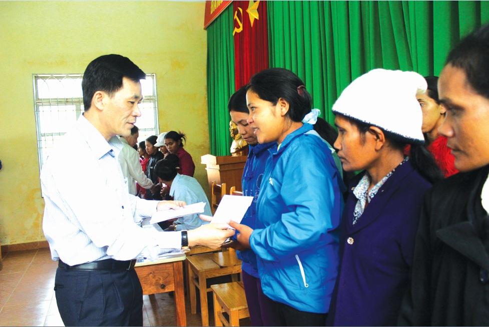 Thứ trưởng, Phó Chủ nhiệm Ủy ban Dân tộc Nông Quốc Tuấn trao quà Tết cho đồng bào DTTS nghèo ở Lâm Đồng (năm 2017).