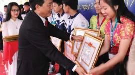 Hai em Lô Thị May Sao và Kha Thị Nhật Linh nhận giải Nhất cuộc thi khoa học kỹ thuật học sinh trung học do Sở GD&ĐT Nghệ An tổ chức.