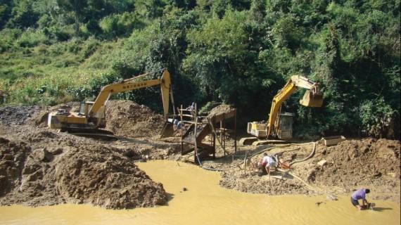Khai thác khoáng sản đang gây tác động xấu đến môi trường.