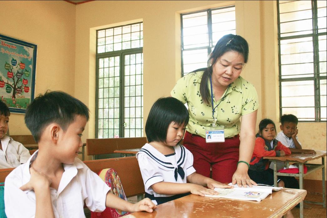 Cô giáo Liêm đang hướng dẫn học sinh làm bài tập.