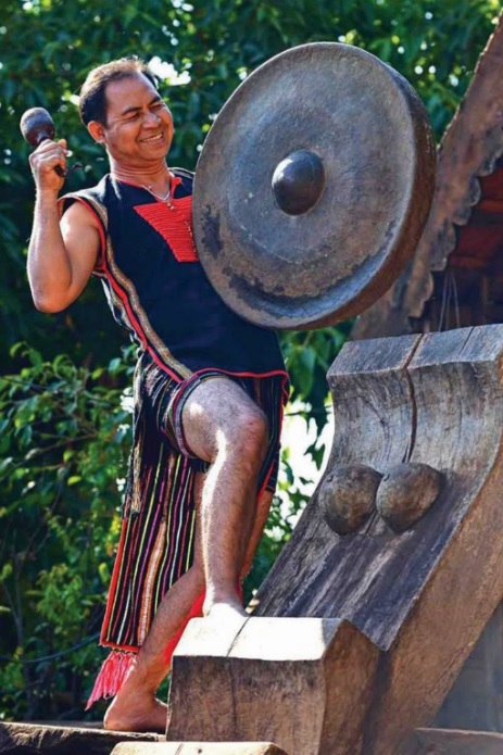 Tiếng chiêng của già làng Tây Nguyên gọi mùa lễ hội.