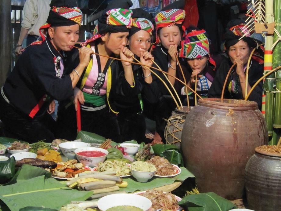 Uống rượu cần trong Lễ hội Mừng cơm mới của người Kháng (Sơn La).