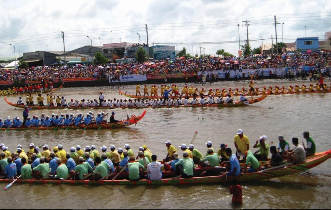 Đua ghe ngo trong Lễ hội Ooc-om bok của đồng bào Khmer-Nam bộ.