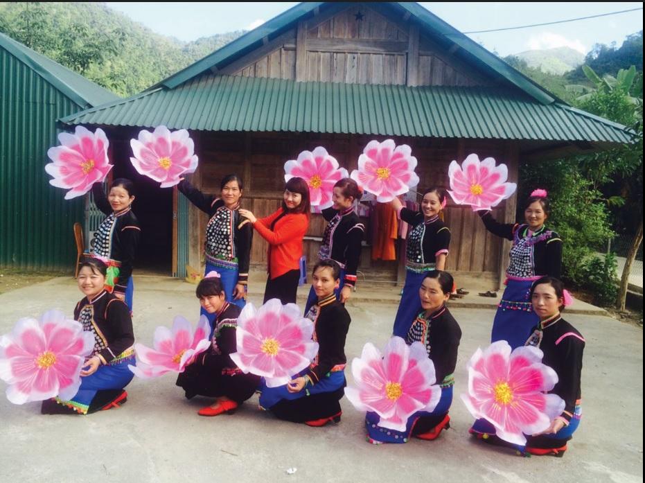 Các học viên dân tộc Si La xã Kan Hồ đang thực hành các điệu múa cổ truyền của dân tộc.