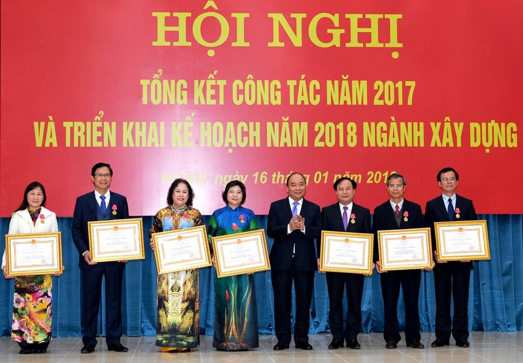 Thủ tướng trao Huân chương Lao động hạng Nhì và hạng Ba cho lãnh đạo, cán bộ Bộ Xây dựng. Ảnh: VGP/Quang Hiếu