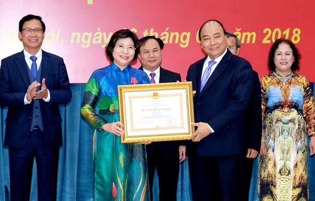 Thủ tướng trao Huân chương Lao động hạng Nhì cho Thứ trưởng Bộ Xây dựng Phan Thị Mỹ Linh. Ảnh: VGP/Quang Hiếu