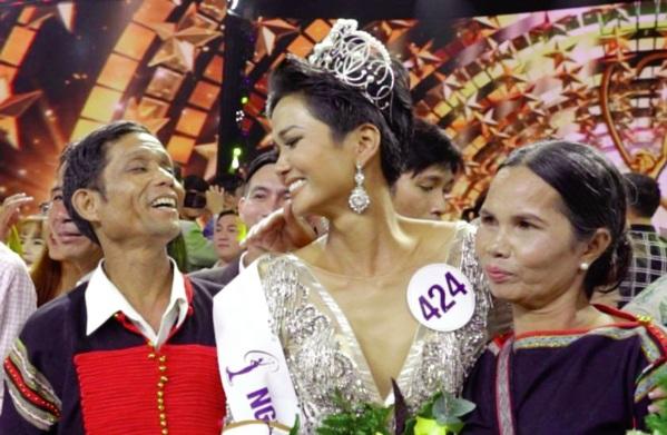 Hoa hậu Hoàn vũ năm 2017 H'Hen Niê và cha mẹ trong lễ đăng quang