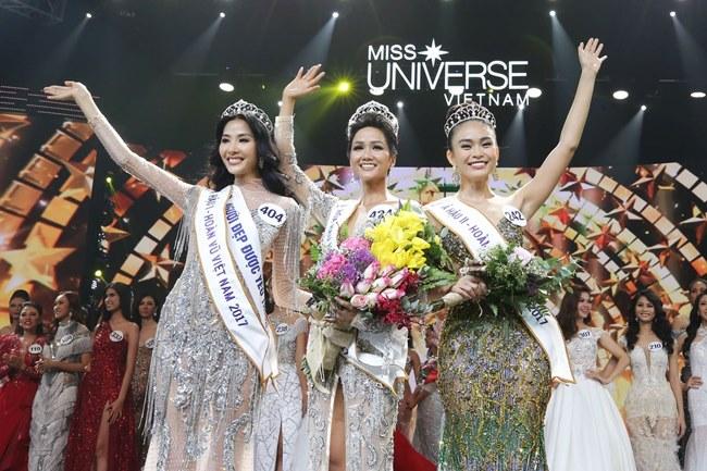 Giây phút đăng quang của Tân Hoa hậu