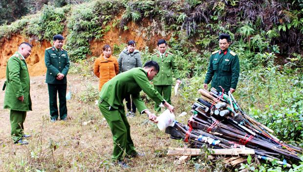 Hội đồng tiêu hủy vũ khí, công cụ hỗ trợ huyện Mèo Vạc tiến hành tiêu hủy số vũ khí tự chế.