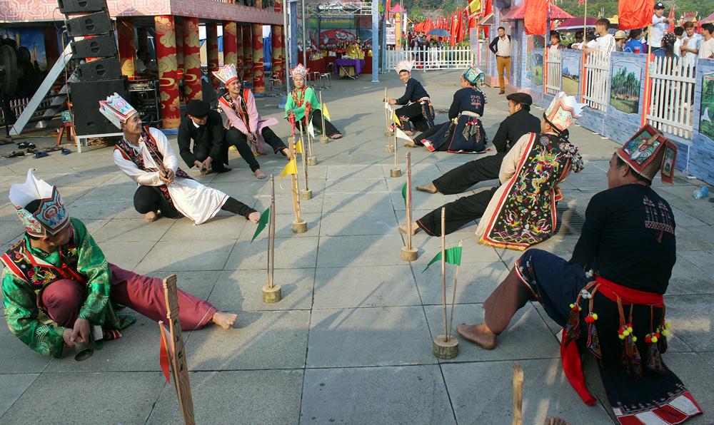 Diễn xướng dân gian múa rùa được biểu diễn trong những ngày lễ tết.