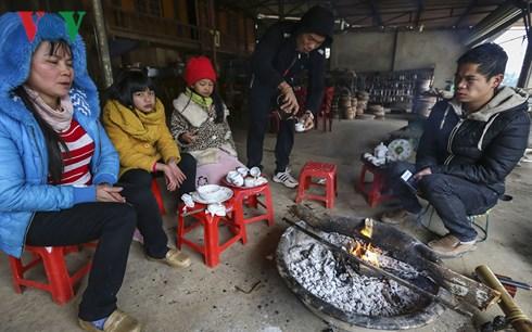 Hình ảnh dễ dàng bắt gặp tại các hộ gia đình là những đống lửa to được đốt lên và duy trì trong nhiều ngày.