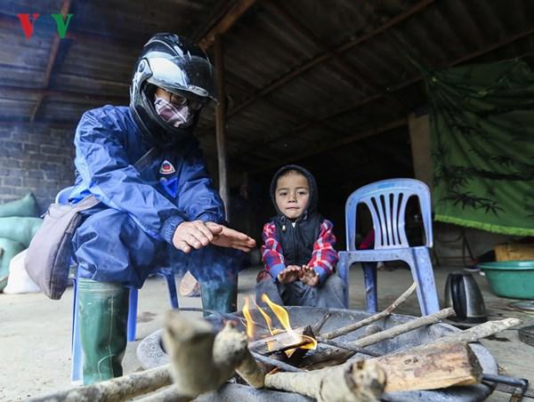 Nhiều người qua đường đi xe máy vì quá lạnh, nên cũng vào ngồi nhờ sưởi ấm để bớt cóng, tê buốt chân tay.