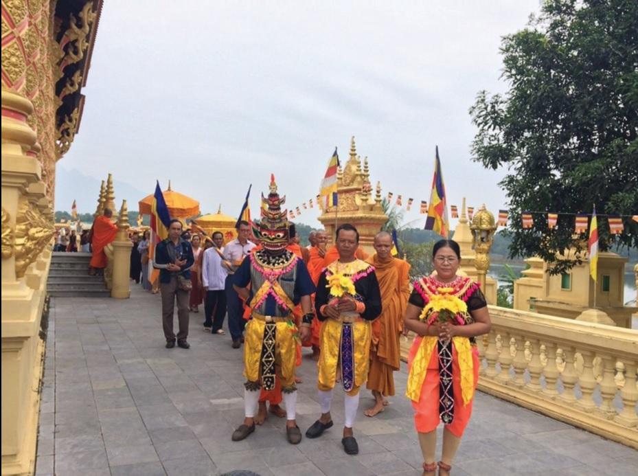 Nghệ nhân Lâm Thị Hương cùng các diễn viên trong Đoàn Nghệ thuật rô băm tham gia Lễ Dâng y tại chùa Khmer.