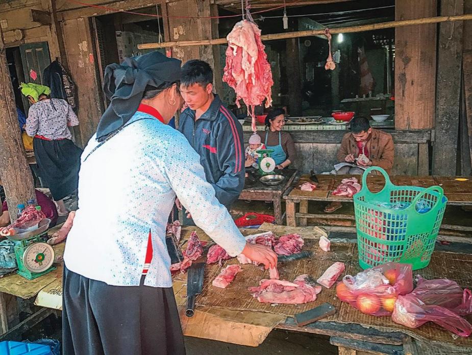 Thực phẩm bẩn vẫn bày bán tràn lan ở các chợ miền núi.