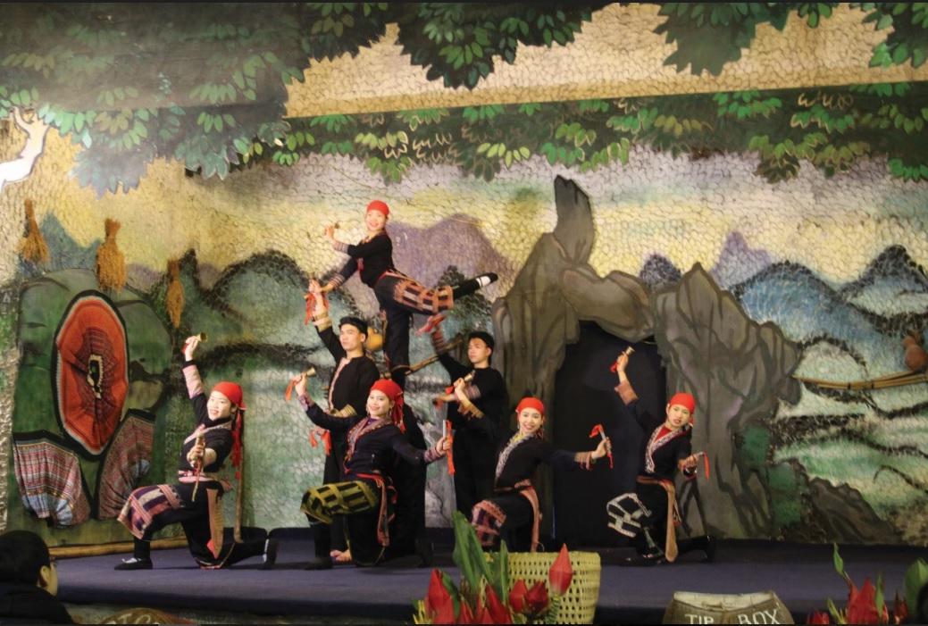 Một tiết mục múa của đội văn nghệ bản Cát Cát phục vụ du khách đến thăm quan tại bản.