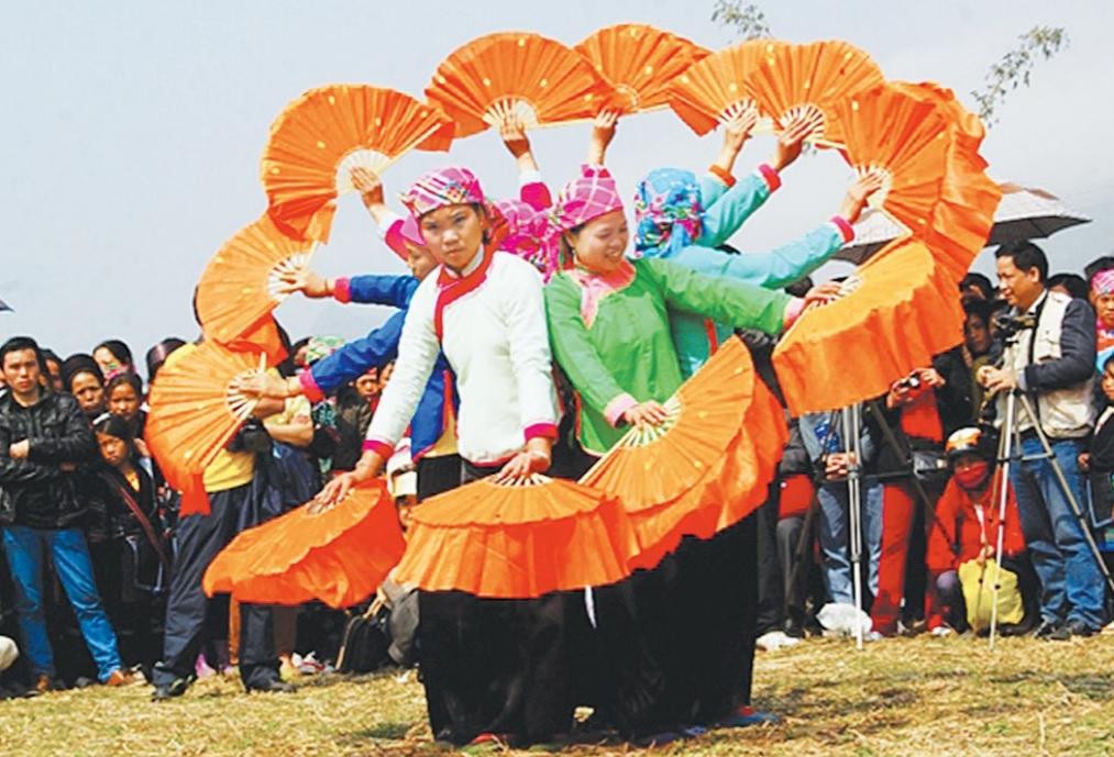 Đội văn nghệ bản Tả Van Giáy biểu diễn điệu múa quạt phục vụ khách du lịch.