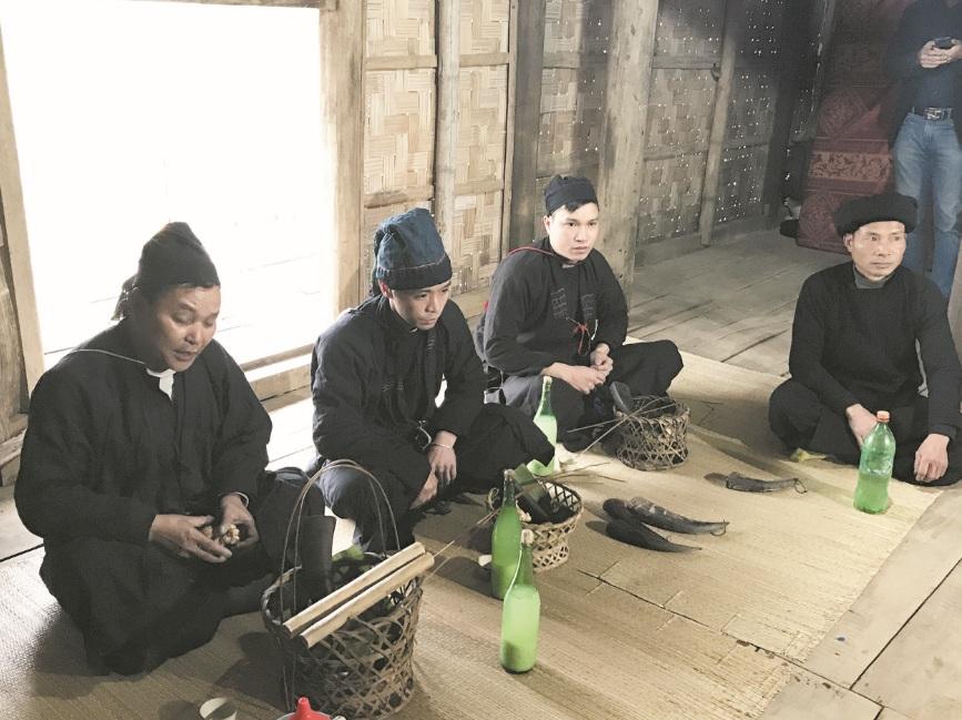 Trưởng tộc làm lễ cúng mời tổ tiên về ăn Tết.