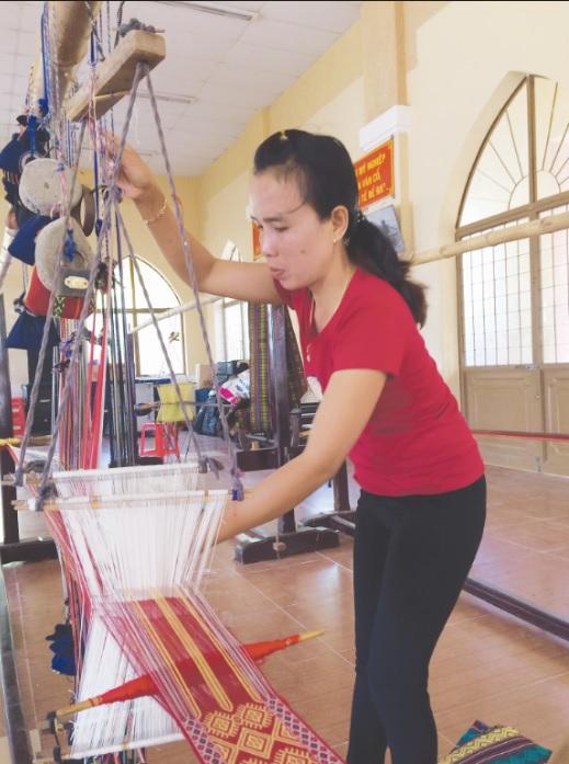 Nghệ nhân trẻ, thạo việc như Mỹ Thuận giờ không còn nhiều ở Mỹ Nghiệp