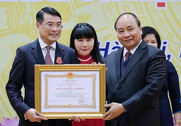 Thủ tướng Nguyễn Xuân Phúc trao Huân chương Lao động Hạng Nhì cho Thống đốc Lê Minh Hưng.