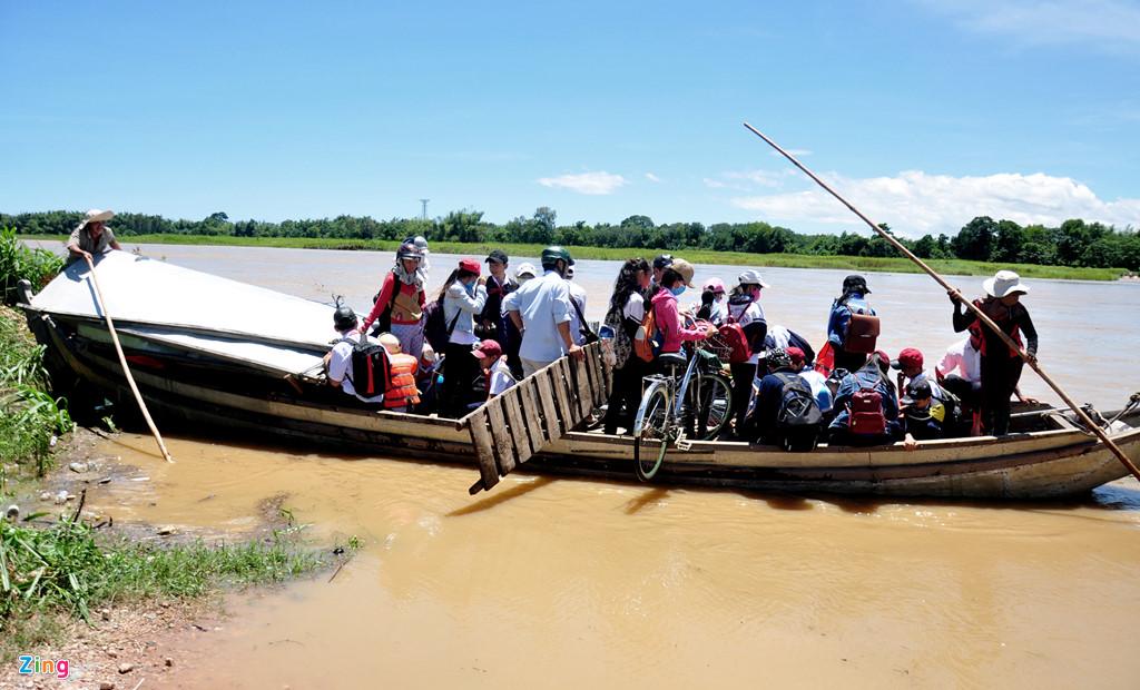 """Hàng chục học sinh """"Ốc đảo sông Trà"""" ở xã Tịnh An, TP Quảng Ngãi chen chúc qua sông"""