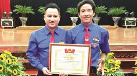 Giàng A Dạy (bên phải) nhận Bằng khen tại chương trình giao lưu  và biểu dương mô hình kinh tế thanh niên, thanh niên làm kinh tế giỏi tiêu biểu  giai đoạn 2012-2017, tỉnh Sơn La tháng 9/2017.