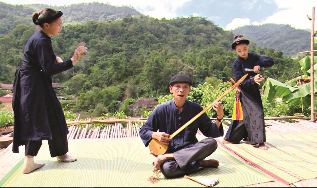 Đồng bào các dân tộc ở Pác Bó luôn có ý thức giữ gìn văn hóa truyền thống. (Trong ảnh là một tiết mục biểu diễn hát then của đồng bào Tày-Nùng)