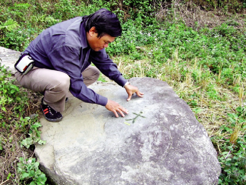 PGS. Trình Năng Chung nghiên cứu về các biểu tượng trên đá.