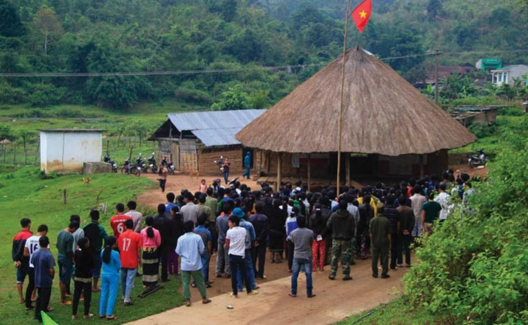 Các hoạt động cộng đồng của người Giẻ Triêng tại Nhà Rông của làng.