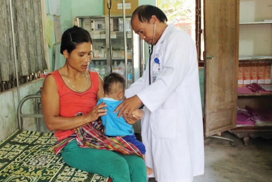 Bác sĩ Hồ Văn Dức thăm khám cho bệnh nhân ở Phòng khám đa khoa khu vực Lìa, huyện Hướng Hóa