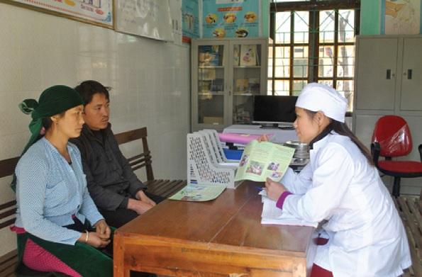 Cán bộ y tế xã Nghĩa Thuận (Quản Bạ) hướng dẫn người dân áp dụng các biện pháp tránh thai.