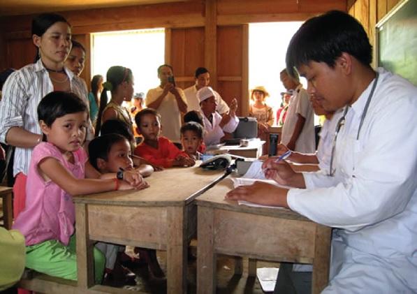 Trạm y tế thường xuyên cử cán bộ xuống từng bản để kiểm tra, đảm bảo sức khỏe cho người dân.