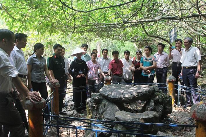 Du khách thăm bàn đá tại khu di tích lịch sử Pác Bó, nơi Bác Hồ từng ngồi làm việc.