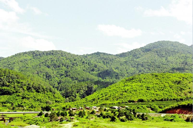 Làng người Mạ dưới chân núi Tà Đùng.