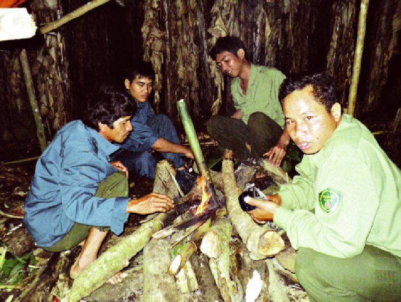 Để bảo vệ rừng đồng bào Mạ sẵn sàng cùng kiểm lâm ăn ngủ trong rừng.