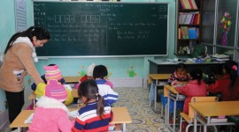 Thầy, cô giáo và học sinh được dạy, học trong những phòng học khang trang, sạch đẹp.