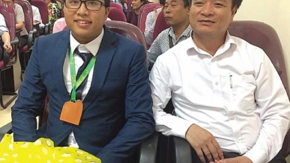 Em Nguyễn Cảnh Hoàng (bên trái) được vinh danh tại quê nhà sau khi giành HCV Olympic Toán học Quốc tế 2017 tại Brazil.