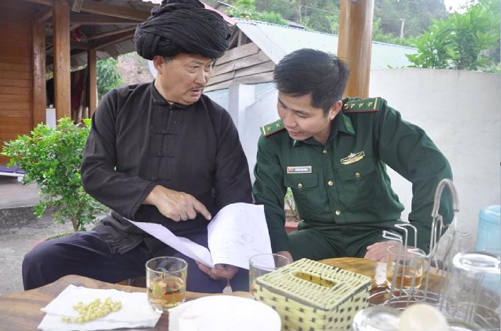 Ông Pờ Dần Xinh cùng Bộ đội Biên phòng xem Quyết định của Chủ tịch nước đã trao tặng danh hiệu Nghệ nhân Ưu tú trong lĩnh vực văn hóa dân gian năm 2016.