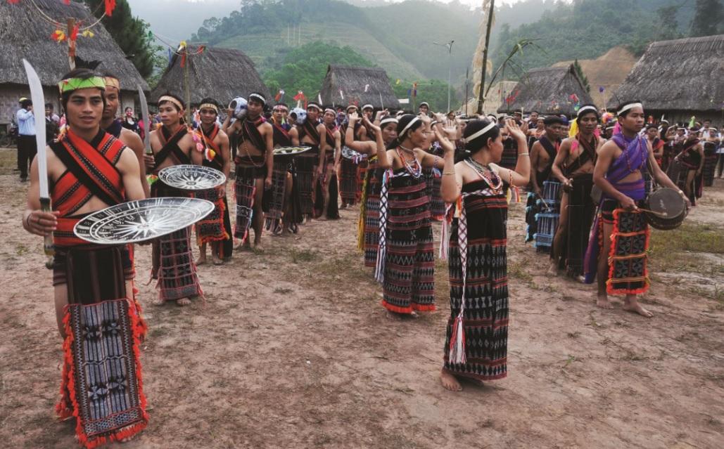 Đội hình múa Tân'tung da'dă sôi động, mạnh mẽ trên nền nhạc trống chiêng.