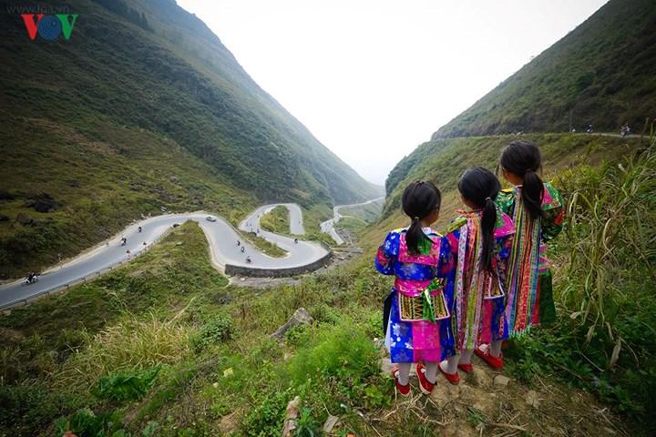 Giữa những con đường dài quanh co bất tận và trập trùng núi non xanh ngút mắt là những sắc áo em thơ rực rỡ tươi vui, hồn nhiên như nỗi niềm tuổi nhỏ.