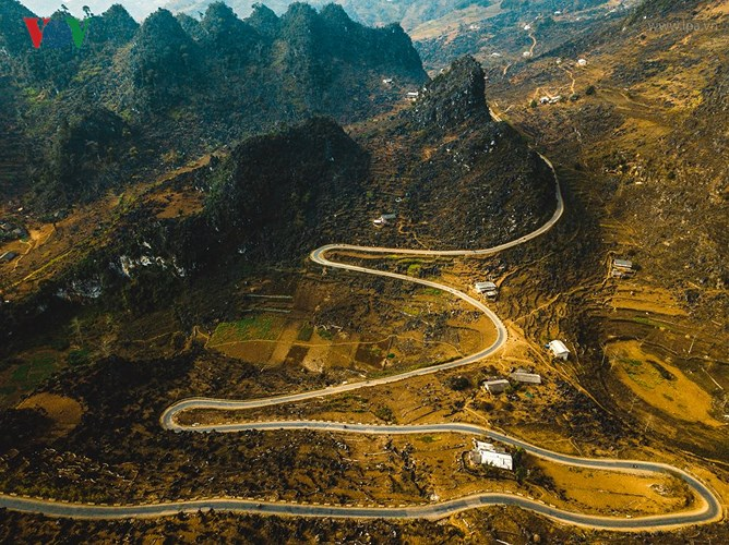Những con đường dài men theo sườn núi của Hà Giang khiến người ta nghĩ về những cuộc hành trình nhiều trải nghiệm, đẫm mồ hôi mỏi mệt nhưng cũng hân hoan niềm sảng khoái khi tận hưởng cảm giác thư thái giữa thiên nhiên.