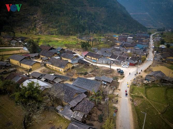 Hà Giang nhìn từ trên cao xuống là những nếp nhà ấm áp, thấp thoáng ruộng đồng xanh tươi và bóng dáng em thơ cắp sách tới trường.