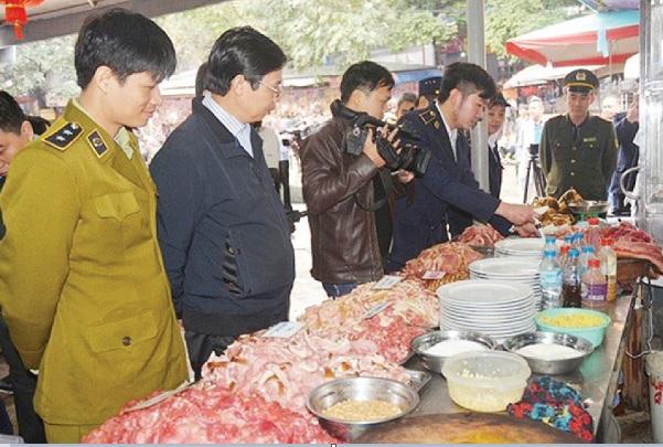 Cơ quan chức năng kiểm tra vệ sinh bát đĩa tại chùa Hương