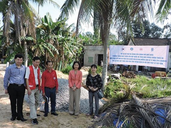Đoàn công tác Dự án chuẩn bị khởi công những căn nhà đầu tiên cho người dân vùng bão lũ.